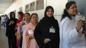 ناخبات باكستانيات يصطفِفْنَ للإدلاء بأصواتهن في الانتخابات البلدية، كراتشي، 6 أكتوبر / تشرين الأول 2005. (photo: AP Photo/Shakil Adil)