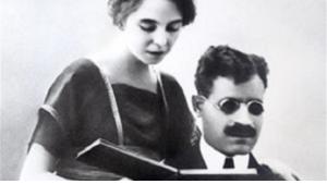 كان طه حسين طالبا في فرنسا حين تعرف على زوجته الفرنسية عام 1915، وتزوج المسلم المصري البصير من الفتاة المسيحية الفرنسية عام 1917 حين كانت باريس ممتلئة بالجنود العائدين من جبهات قتال الحرب العالمية الأولى. وعام 1919 سافر الزوجان إلى مصر حيث بدآ حياة جديدة.