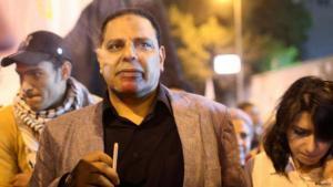 علاء الأسواني خلال مظاهرة في ميدان التحرير ضد الرئيس المصري السابق محمد مرسي. الصورو رويترز