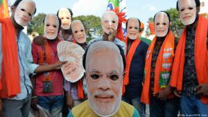 أقنعة على شكل وجه رئيس وزراء الهند مودي يرتديها مناصروه احتفالا بمرور 4 سنوات على توليه زمام الحكم والسلطة. (photo: Getty Images/AFP/M. Kiran)