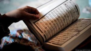 صورة رمزية لِـ الإسلام - شخص يقرأ القرآن.