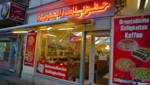"""محل لبيع الحلويات السوريون في برلين يغيّرون طابع """"شارع العرب"""" المانيا"""