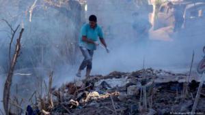 مواطن سوري في جسر الشغور، مدينة سورية تابعة لمحافظة إدلب شمال غرب سوريا يحاول الهروب من القصف الروسي الصورة غيتي غيميجيز  ا.ف.ب