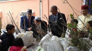 سفير الولايات المتحدة لدى المملكة المغربية دوايت بوش. والمسؤول الحكومي يونس البطحاوي في المنطقة. ورئيس الطائفة اليهودية المغربية في مراكش-آسفي  وجاكي كادوش. ورئيس مؤسسة الأطلس الكبير يوسف بن مئير وهو يقوم بتوزيع أشجار الفاكهة إلى المزارعين وأطفال المدارس في عام 2016 (الصورة: مؤسسة الأطلس الكبير)  (photo: High Atlas Foundation)