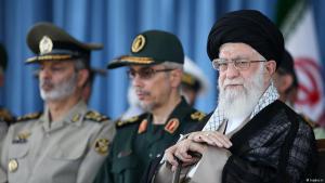 قادة عسكريون إيرانيون إلى جانب المرشد الأعلى آية الله علي خامنئي.