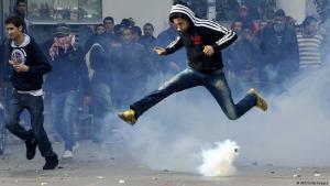 صورة رمزية لثورات الربيع العربي.زمتظاهر في العاصمة التونسية