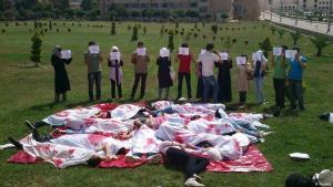 طلاب ألقوا بأجسادهم على الأرض تجسيدا لمجزرة وقعت عند مشاركتهم في مظاهرة مناهضة للنظام السوري في جامعة حلب، 4 يونيو / حزيران 2012.  (photo: Reuters)