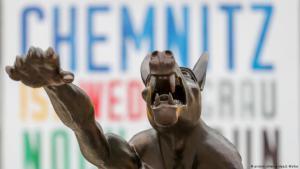 ذئب من البروزنز يؤدي بيده تحية هتلر أمام تمثال كارل ماركس التذكاري في مدينة كيمنتس - تمثال من عمل الفنان راينر أوبولكا من مدينة براندينبورغ - ألمانيا. Foto: dpa/picture-alliance