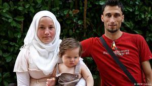 """""""نتواجد في اليونان منذ ستة أشهر، وطفلنا ولد في تركيا"""". يقول أحمد وفينوس النازحان من قرية قرب اللاذقية في سوريا. وبسبب القصف الروسي فقدوا كل ما يملكون."""