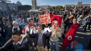 تونس كانت مهد الربيع العربي صورة للمظاهرات بعد حرق يوعزيزي لنفسه Foto: picture-alliance/abaca