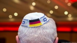 Man wearing a kippa with a German flag (photo: picture-alliance/dpa)