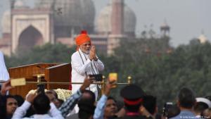 """رئيس الوزراء الهندي ناريندرا مودي - في """"القلعة الحمراء"""" في نيودلهي بتاريخ 15 آب / أغسطس 2018-  يلقي تحية تقليدية قبل خطابه كجزء من احتفالات الهند بعيد الاستقلال الـ72 ، الذي يصادف الذكرى السنوية الـ71 لنهاية الحكم الاستعماري البريطاني.  (photo: Getty Images/AFP/P. Singh)"""