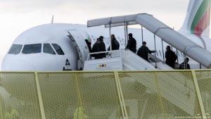 مسافرون في طائرة -  سفر اللاجئين إلى خارج ألمانيا...مسموح أم ممنوع؟