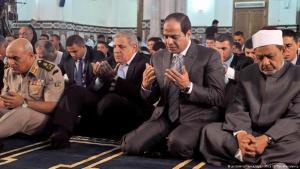 (photo: picture-alliance/dpa/Office Of The Presidency) الرئيس عبد الفتاح السيسي وشيخ الازهر أحمد الطيبي خلال صلاة عيد الفطر في عام 2014
