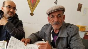 التونسي علي زيادة، من أعضاء جمعية أزرو النشيطين، يأخذ على عاتقه مهمة تعليم اللغة الأمازيغية في تونس. الصورة: لينا شنك