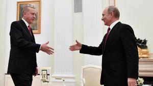 الرئيس الروسي فلاديمير بوتين (يمين) وهو يقترب لمصافحة نظيره التركي رجب طيب إردوغان خلال اجتماع في الكرملين في موسكو، روسيا ، في 23 يناير / كانون الثاني 2019.  (photo: Reuters/A. Nemenov)