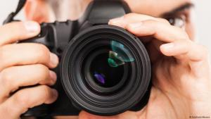 صورة رمزية - كاميرا في يد مصوِّر.  Foto: Fotolia/milkmanx