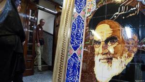 يقول الرئيس الإيراني الأسبق أبو الحسن بني صدر إن الخميني قال للإعلام إنه يطمح لإقامة نظام مثل النظام الفرنسي بعد العودة إلى إيران