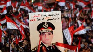 (photo: Reuters/Mohamed Abd El-Ghany) يافطات يرفعها أنصار الرئيس المصري السيسي في ميدان التحرير في القاهرة
