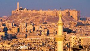 صورة من قبل الحرب: تعود هذه صورة إلى عام 2001، عندما كانت قلعة حلب لا تزال سلمية وتطل شامخة على البلدة القديمة. وتظهر في الصورة مئذنة الجامع الكبير في المدينة.