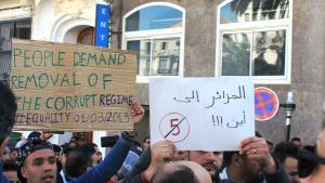 الجزائريون يحتجون على ولاية خامسة للرئيس عبد العزيز بوتفليقة في وسط الجزائر العاصمة.  Foto: Sofian Philip Naceur