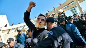 مئات المواطنين الجزائريين يحتجون على الترشح الرئاسي الخامس للرئيس بوتفليقة البالغ من العمر 81 عاما.  Foto: afp/Kramdi