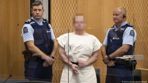"""في المحكمة، يظهر الجاني المتهم بقتل عشرات المسلمين في نيوزيلاندا - وفي يده إشارة اليمين المتطرف الدالة على """"تفوق ذوي البشرة البيضاء""""."""