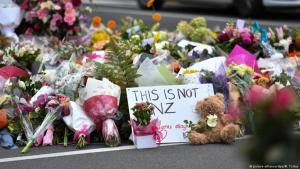 .يضعون الزهور بالقرب من مسجد النور في نيوزيلندا تكريما لضحايا الهجوم الإرهابي