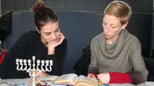 فريق مسيحي يهودي قيد التحضير لفعالية حوارية. Quelle: Stephanie Krauch