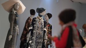 """امرأة زائرة لمعرض """"موضة النساء المسلمات"""" في فرانكفورت - ألمانيا 03 / 04 / 2019. Foto: dpa/picture-alliance"""