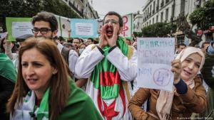 لم تتوقف الاحتجاجات في الجزائر رغم محاولات الطبقة الحاكمة احتواءها. Foto: Picture alliance/ dpa/ F. Baticha