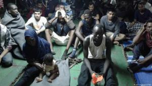 (photo: picture-alliance/dpa) سفينة تعيد لاجئين أفارقة إلى مصراته بعد محاولتهم الهرب إلى أوروبا. الصورة: د.ب.ا