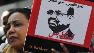 متظاهرة سودانية تطالب برحيل الرئيس السوداني عمر البشير الذي حكم السودان أكثر من ثلاثين عاما. الصورة