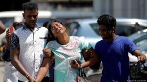 عند مشرحة تابعة للشرطة، أقارب ضحايا هجمات إرهابية في أعقاب تفجيرات في منطقة كولومبو  - سريلانكا.