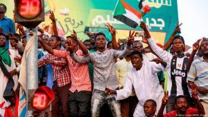 سودانيون بعد الإطاحة بالرئيس السلطوي عمر البشير في 12 أبريل / نيسان 2019 في الخرطوم.  Foto: Getty Images/AFP/Ashraf Shazly