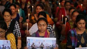حزن هلى الضحايا في سريلانكا بعد تفجيرات انتحارية استهدفت ثلاث كنائس وأربعة فنادق وأوقعت نحو 300 شخصا قتيلاً ونحو 500 مصاب.   Foto: Reuters/A. Dave