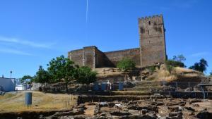 """موقع للتنقيب عن الآثار في منطقة ميرتولا - البرتغال. """"اكتشاف جذور البرتغال الإسلامية"""".  (photo: Marta Vidal)"""