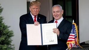 (photo: picture-alliance/Photoshot/Ting Shen) الرئيس الأمريكي ترمب ورئيس الوزراء الإسرائيلي نتانياهو خلال الإعلان عن إعتراف الوليات المتحدة الامريكية بسيدة إسرائيل على الجولان السورية في مارس 2019 في البيت الأبيض.