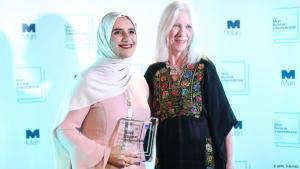 الكاتبة الروائية العمانية جوخة الحارثي والمترجمة والكاتبة الأمريكية مارلين بوث في لندن 21 / 05 / 2019.  (photo: AFP/I. Infantes)