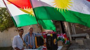 شخصان ممن يبيعون أعلام إقليم كردستان العراق.   Foto: dpa/picture-alliance