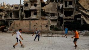 الدمار لا يمنع الأطفال من لعب كرة القدم. الصورة: رويترز