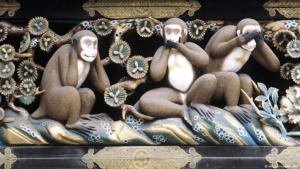 """""""لا أرى.. لا أسمع.. لا أتكلم"""".. القردة الحكيمة الثلاثة. اليمينيون المتطرفون في النمسا يكشفون عن وجههم القبيح"""