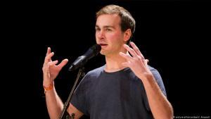 الكاتب الألماني اللبناني بيير جروان وهو يؤدي عرضًا في مسابقة للشعر في ألمانيا بمدينة هايدِلبيرغ في 17 / 11 / 2012. (photo: picture-alliance/dpa/U. Anspach)