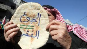 """""""""""الجوع يساوي الفقر"""": احتجاجات على رفع أسعار الخبز وسياسة الحكومة في عمان. Foto: picture-alliance/dpa"""