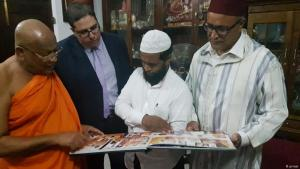 في الصورة: عبد الصمد اليزيدي (43 عاما)، أمين عام المجلس المركزي للمسلمين، وخبير العلوم الإسلامية عبد المالك هباوي من مجلس الفقهاء موجودون حاليا في سريلانكا.