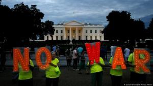 متظاهرون ومتظاهرات ضد حرب محتملة ضد إيران أمام البيت الأبيض