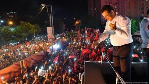 مرشح المعارضة لرئاسة بلدية إسطنبول أكرم إمام أوغلو يتحدث إلى أننصاره بعد الإعلان عن فوزه.