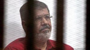 الرئيس المصري المعزول محمد مرسي خلال محاكمته.