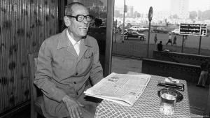 """الكاتب المصري الحائز على جائزة نوبل للأدب نجيب محفوظ -  20 أكتوبر تشرين الأول 1988 بمقهاه المفضل """"علي بابا"""" في ميدان التحرير بالقاهرة - مصر.  (photo: picture-alliance/Bildarchiv)"""