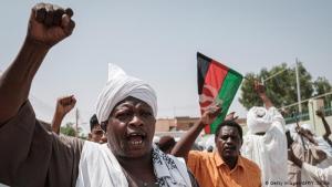 احتجاجات لا تنتهي: استمرت الاحتجاجات في السودان. وفي يوم الجمعة (14 حزيران/يونيو 2019) طالب صادق المهدي أحد قادة المعارضة السودانية منذ عقود، بتحقيق رسمي في عملية فض الاعتصام بالقوة. الطلب أثار غضب العسكر.